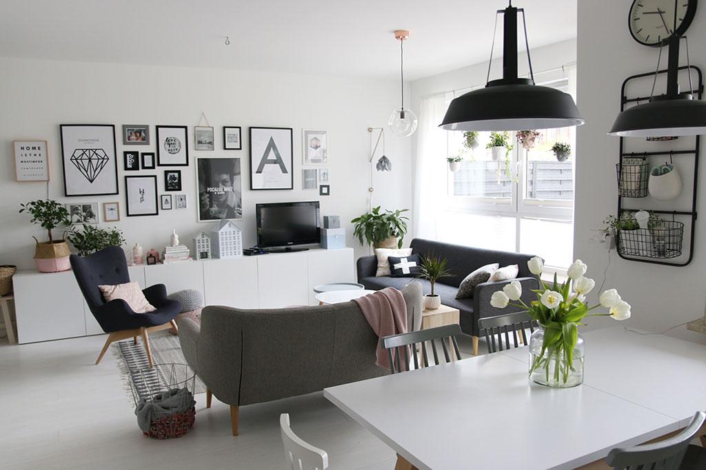 dwie sofy w salonie
