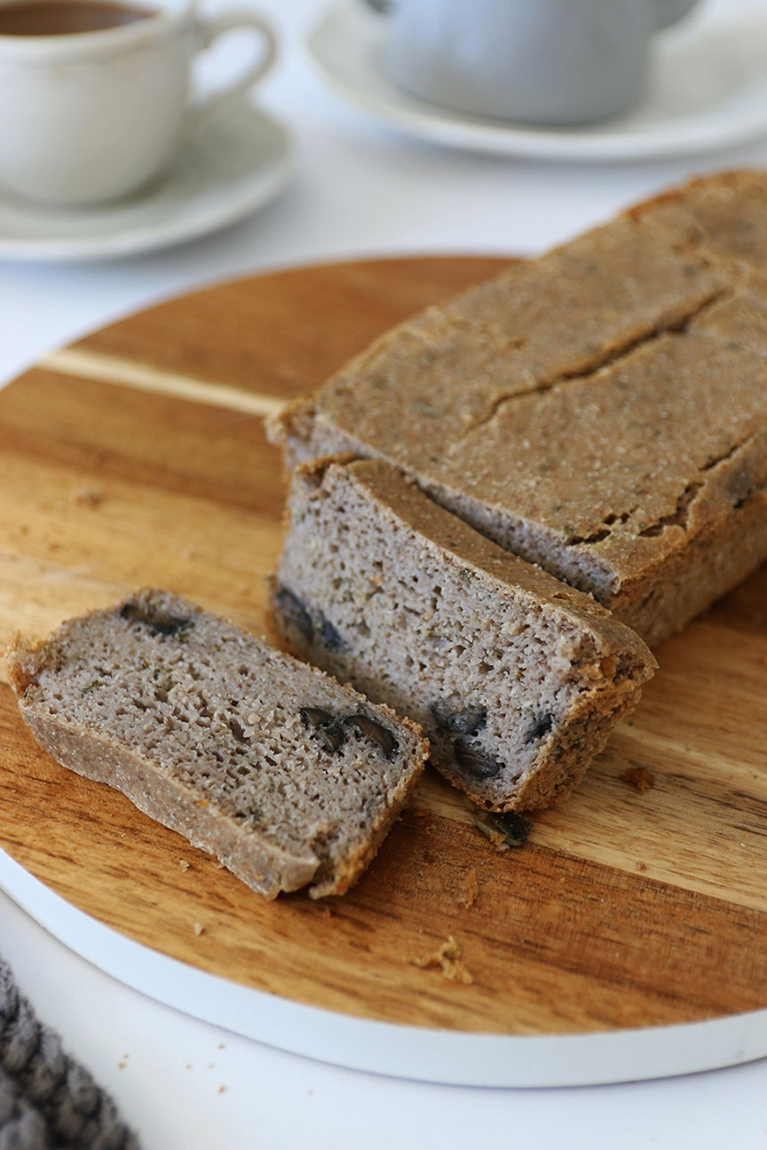 domowy chleb z oliwkami