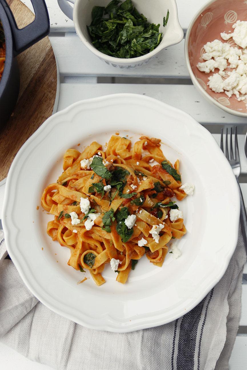 makaron z sosem kurkowo - pomidorowym