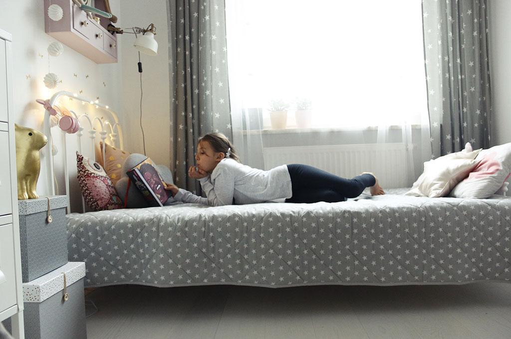 białe łóżko dziecięce