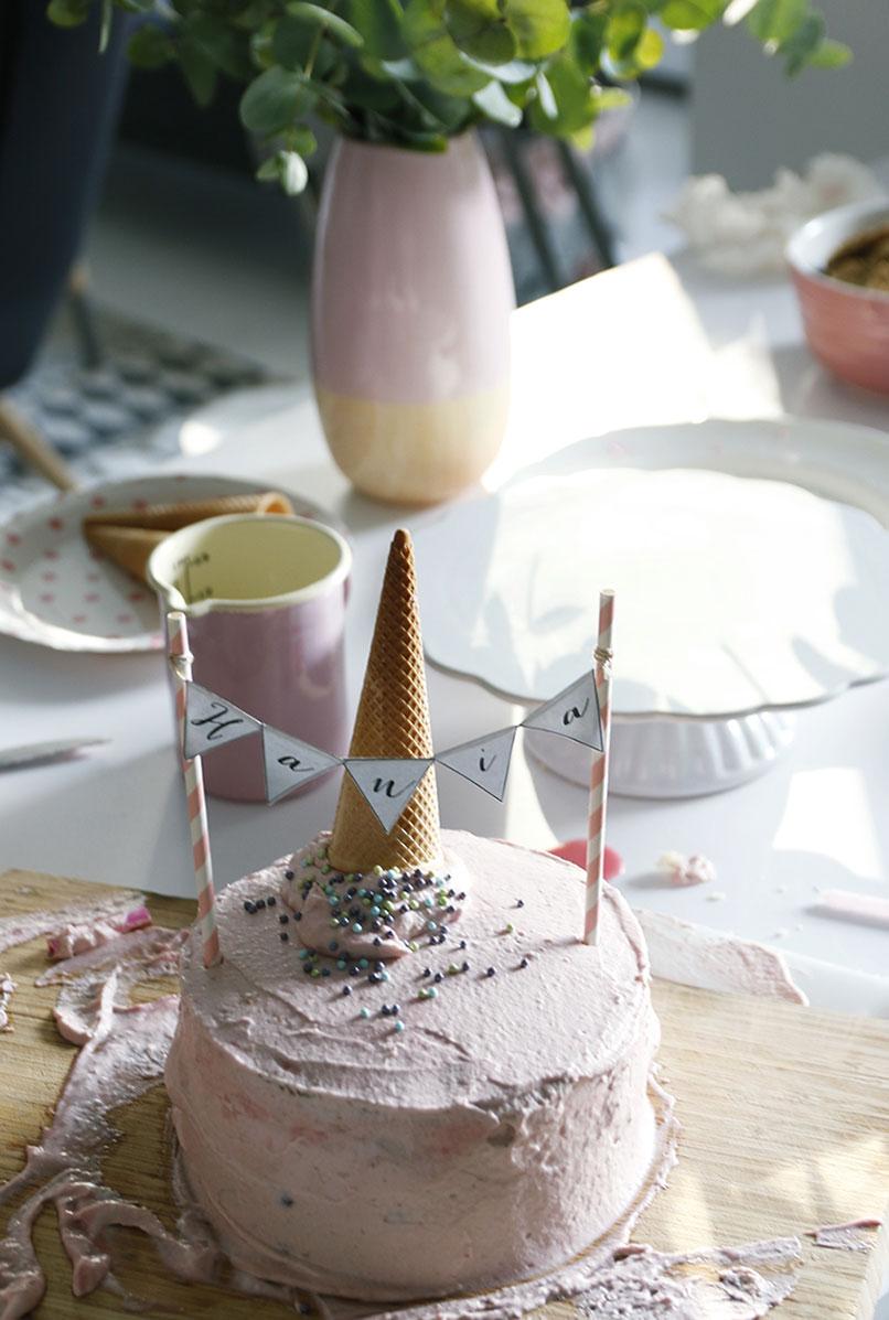 tort z girlandą