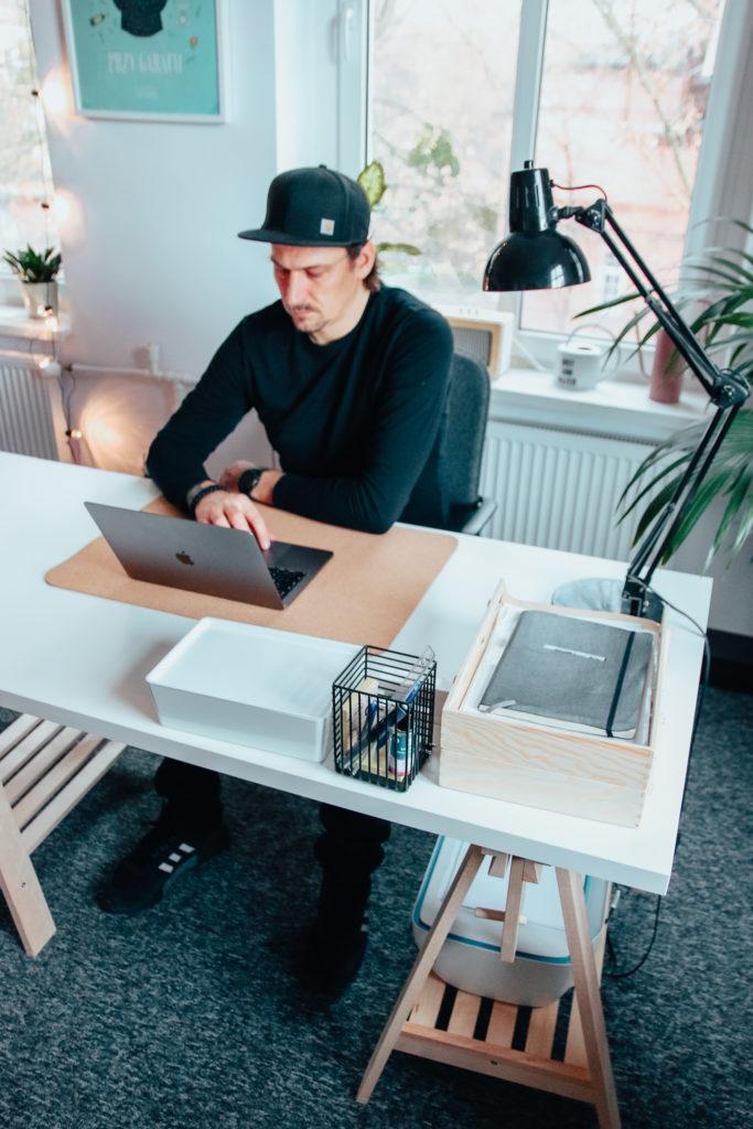 biurko na kozłach