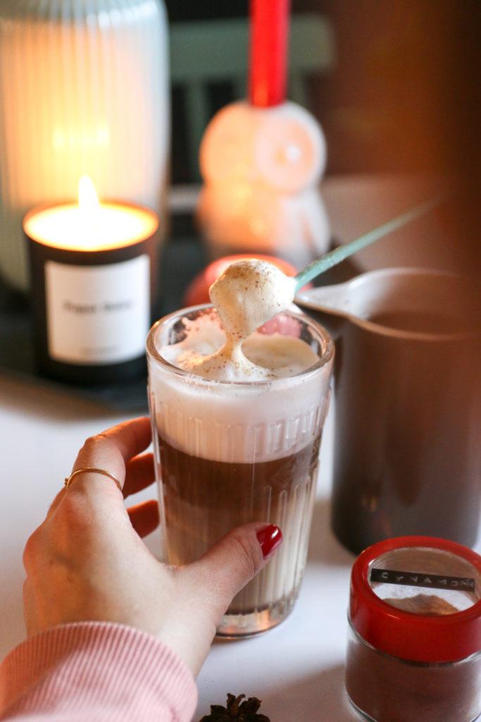 latte z korzennym syropem