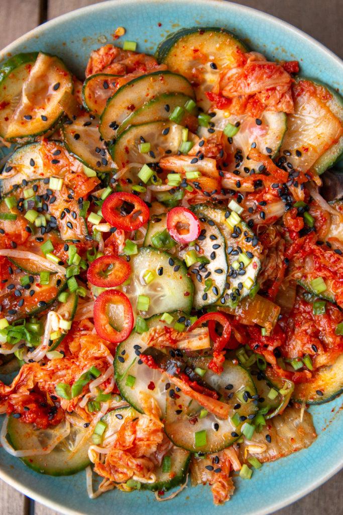 azjatycka surówka z ogórków i kimchi