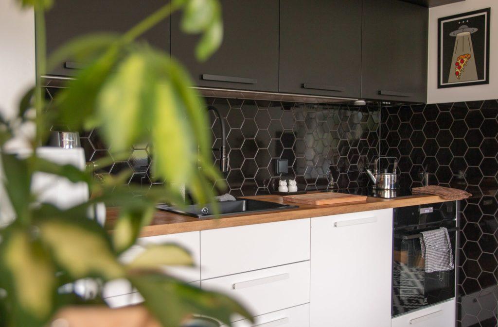 biało czarna kuchnia z drewnem