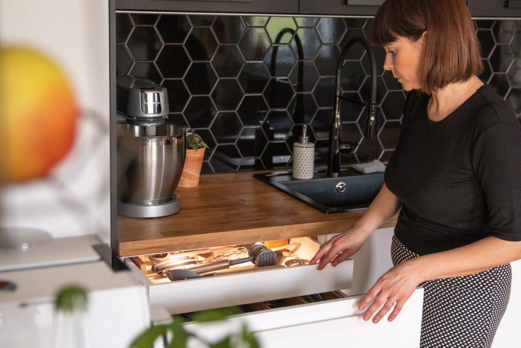 organizacja szuflad kuchennych
